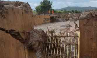 A destruição causada pelo rompimento das barragens da mineradora Samarco em Bento Rodrigues lembram as imagens do tsunami que devastou o sudeste da Ásia em 2004(foto: Antonio Cruz/Agência Brasil/Divulgação)